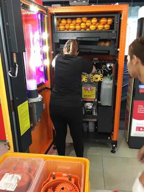 シンガポールのオレンジジュース販売機洗浄風景